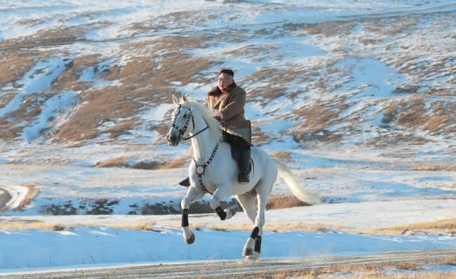 Kim Jong-un anda de cavalo em monte na Coreia do Norte - 16/10/2019