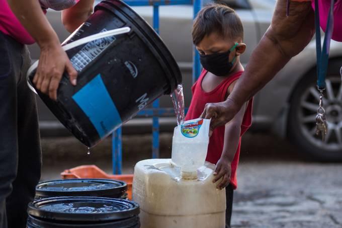 VENEZUELA-HEALTH-VIRUS-GASOLINE-WATER