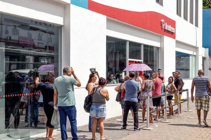 Filas e aglomeraÁ¿es em bancos na Penha RJ