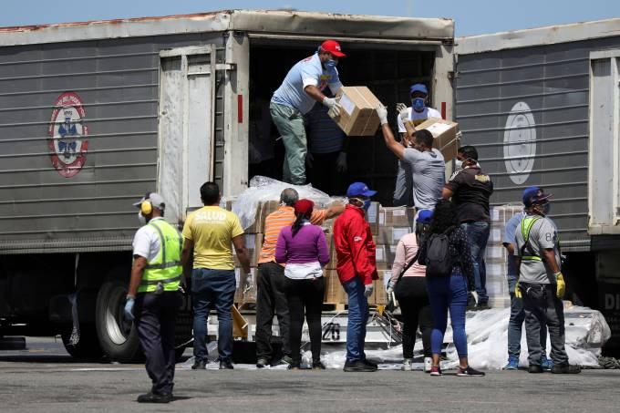Trabalhadores carregam caminhão com caixas de ajuda humanitária enviada pela China no aeroporto de Caracas