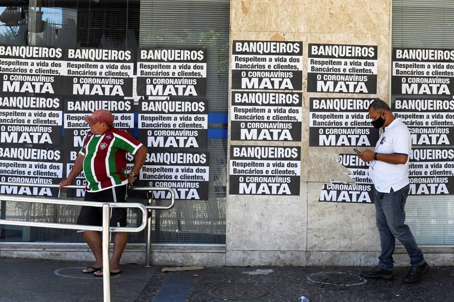 Pessoas esperam na fila em frente ao banco da Caixa para tentar receber ajuda emergencial do governo federal em meio ao surto do coronavírus, no Rio de Janeiro