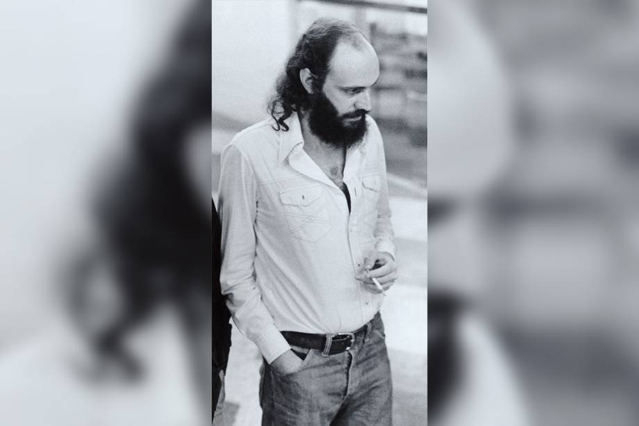 Aldir Blanc fumando cigarro, em 1979