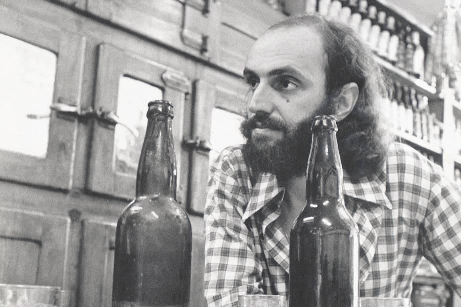 Aldir Blanc tomando cerveja em um bar, em 1976