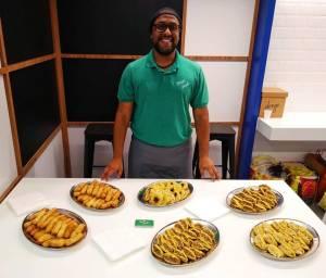 O venezuelano Carlos Escalona, proprietário do serviço de catering Nossa Janela, investe durante a quarentena na ampliação de seu cardápio. Foto publicada em 26/12/2019