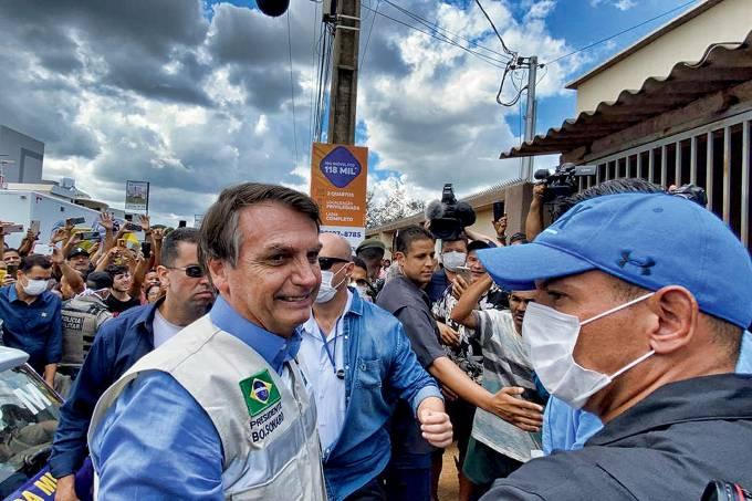 Bolsonaro visita obra de um hospital de campanha em Águas Lindas de Goiás (GO)