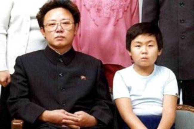 Kim Jong-un ao lado de seu pai, Kim Jong-il: tênis Nike e roupas esportivas