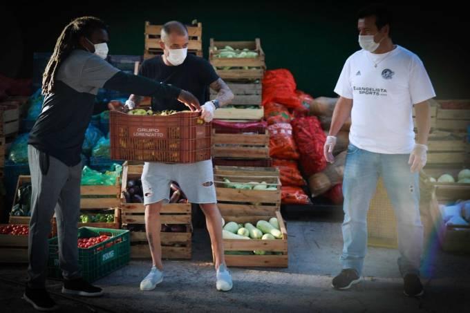 Tinga, D'Alessandro e Dunga fazem enrega de alimentos no bairro da Restinga
