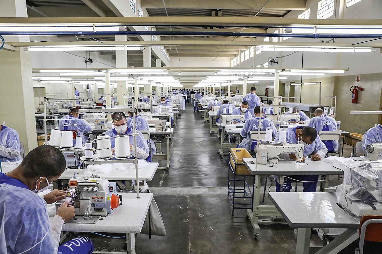 É POUCO -Detentos de Tremembé costuram máscaras: adaptação aos novos tempos
