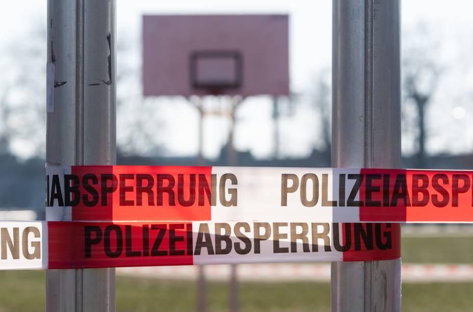 Quadra de basquete fechada pelo governo de Dresden, na Alemanha, onde aglomerações de três ou mais pessoas está proibida