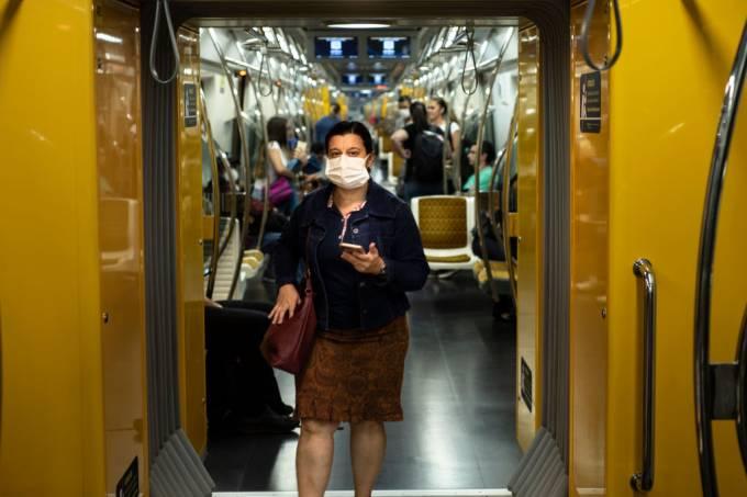Coronavírus: mulher usa metrô no primeiro dia oficial da quarentena em São Paulo (24/03/2020)