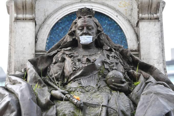 Tempos de coronavírus: Estátua da Rainha Vitória é vestida com máscara de proteção em Manchester, Inglaterra (19/03/2020)
