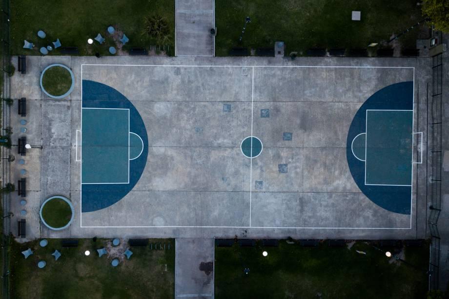 Vista área de uma quadra de futsal vazia em Buenos Aires, na Argentina.