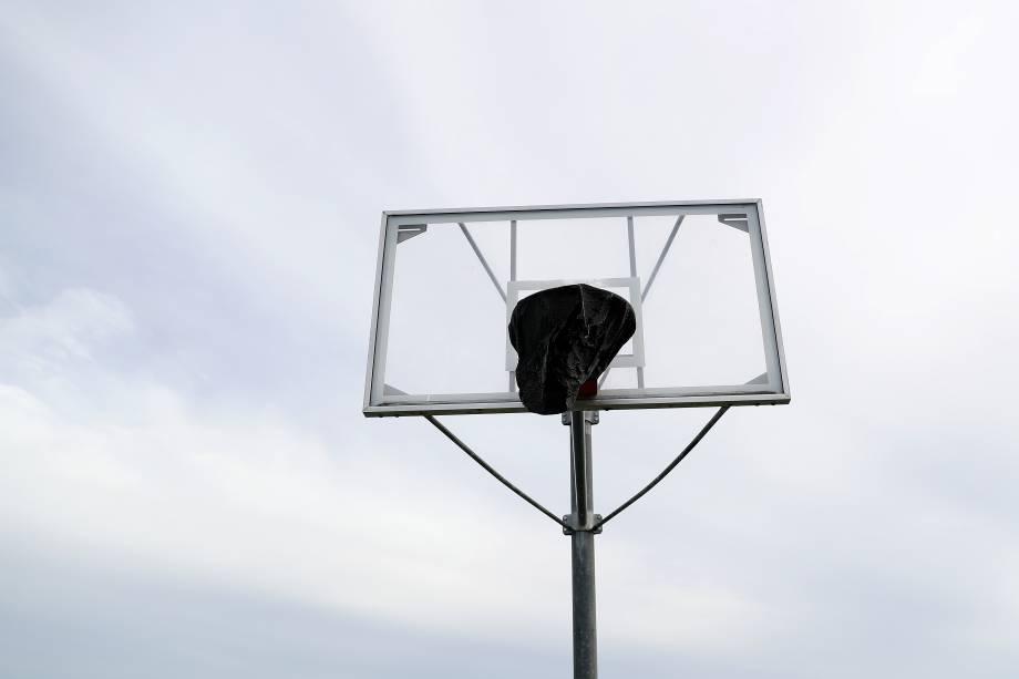 Cesta de basquete coberta em um parque de Westlake Village, na Califórnia