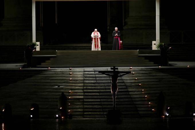 Papa Francisco celebrou a Via Crucis na Praça São Pedro, no Vaticano, que estava fechada