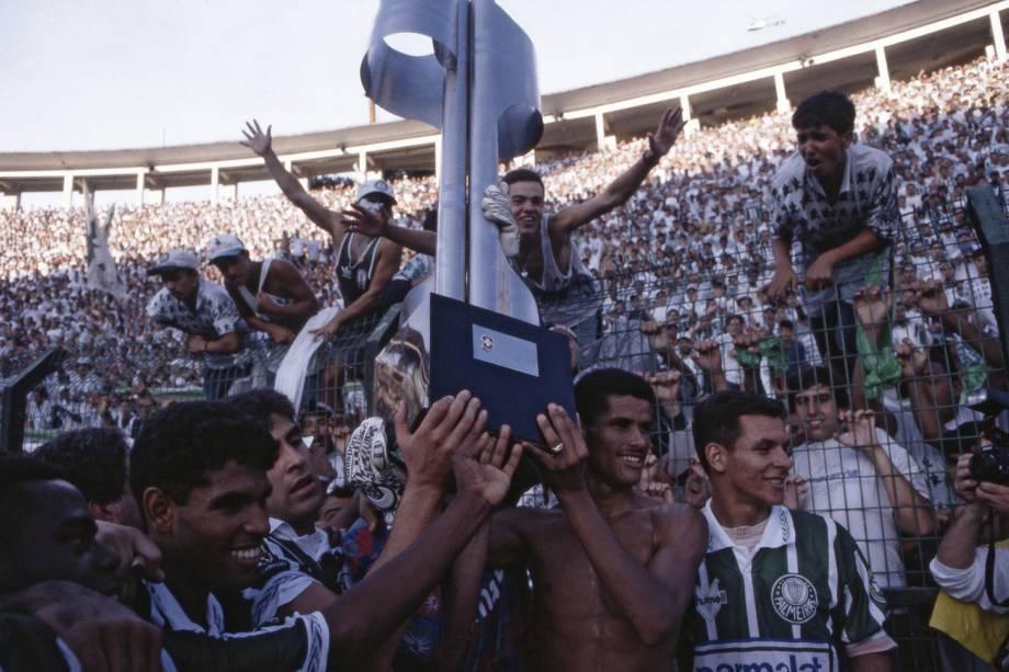 Jogadores do Palmeiras comemorando a conquista do Campeonato Brasileiro de 1994