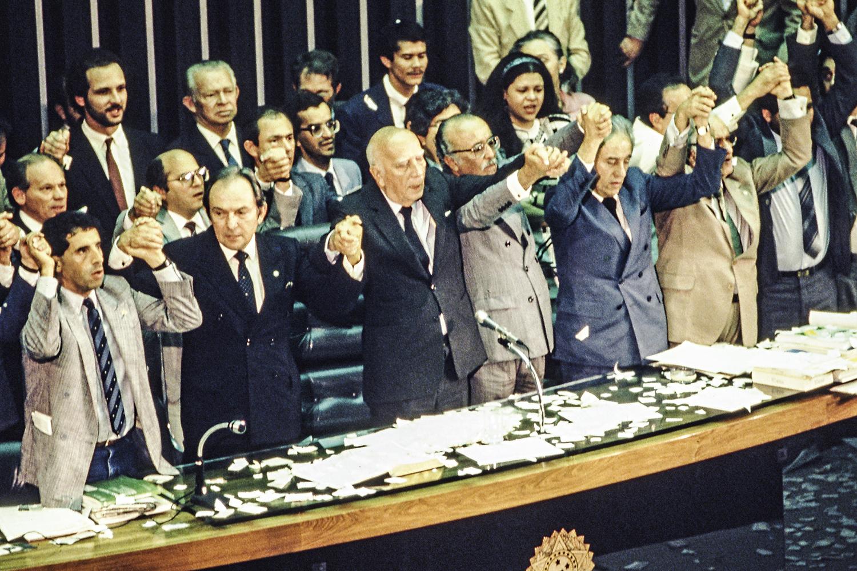 ENGESSADOS -Ulysses Guimarães, no centro, comemora a aprovação da Constituição de 1988: restrições fiscais impedem resposta à pandemia