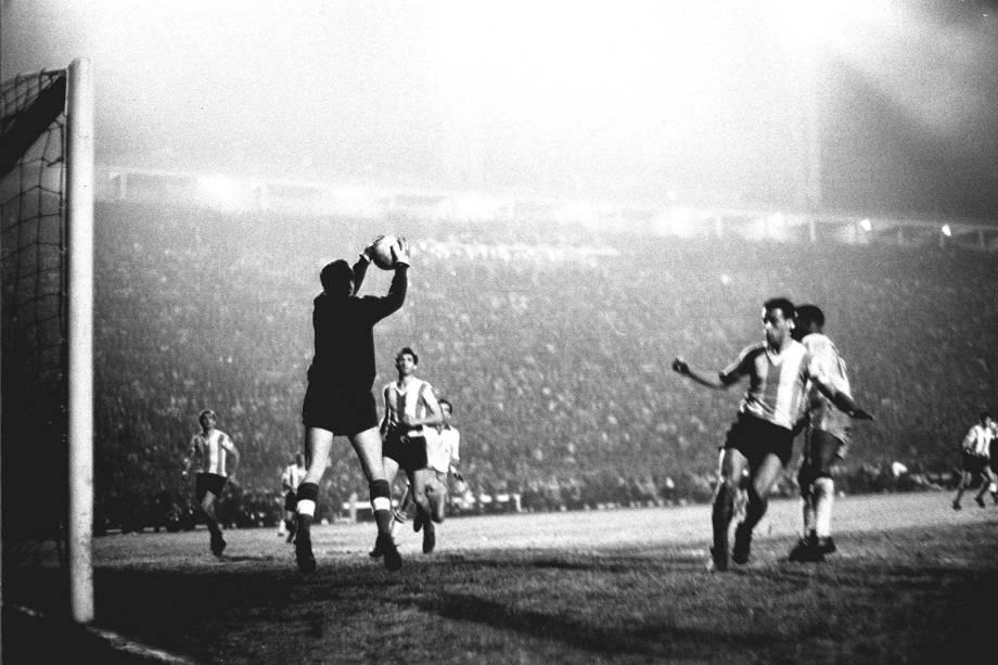 Lance do jogo do Brasil contra a Argentina, Taça das Nações, em 1964