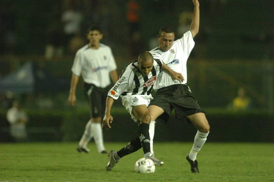 Lance do jogo entre Corinthians e Santos, pelo Campeonato Brasileiro, em 2004