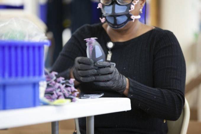 Fábricas da New Balance produzem máscaras faciais
