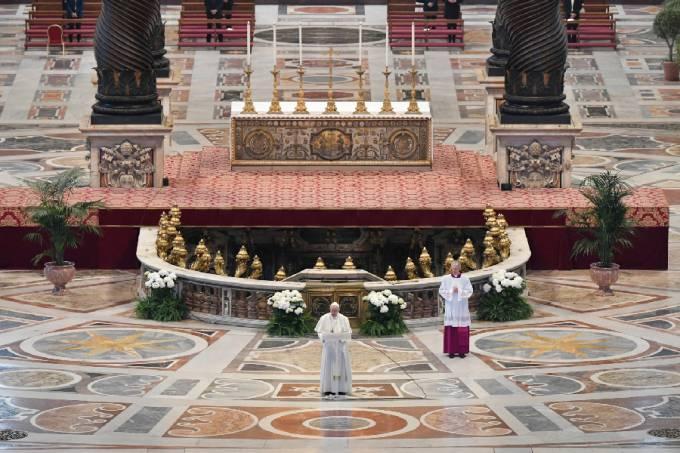 Papa Francisco reza missa de Páscoa na Basílica de São Pedro, em meio à pandemia de coronavírus