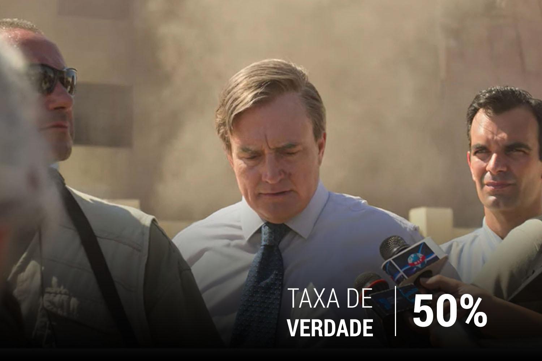 Paul Bremer (Bradley Whitford) em conversa com repórteres no local do bombardeio