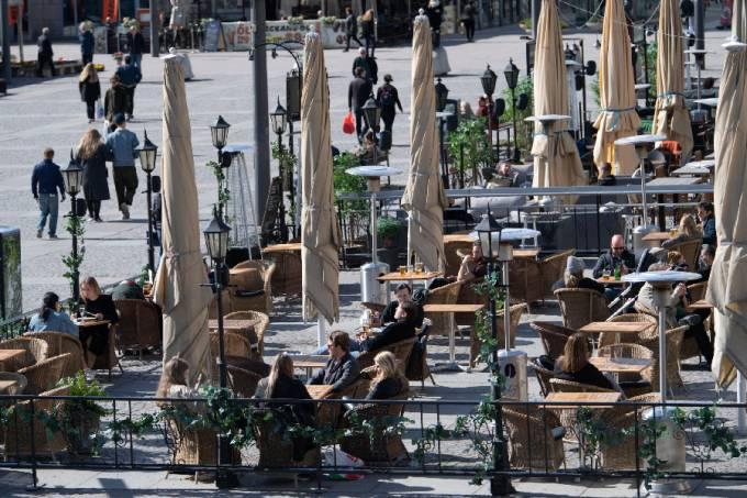 Pessoas em bar de Estocolmo – Suécia