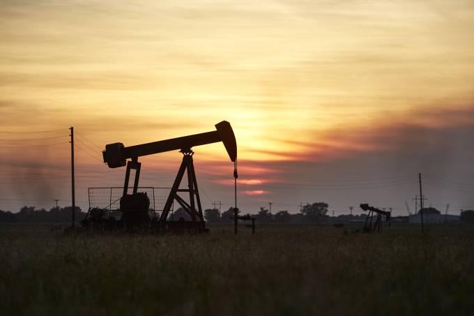 Oil derrick pumps in Texas