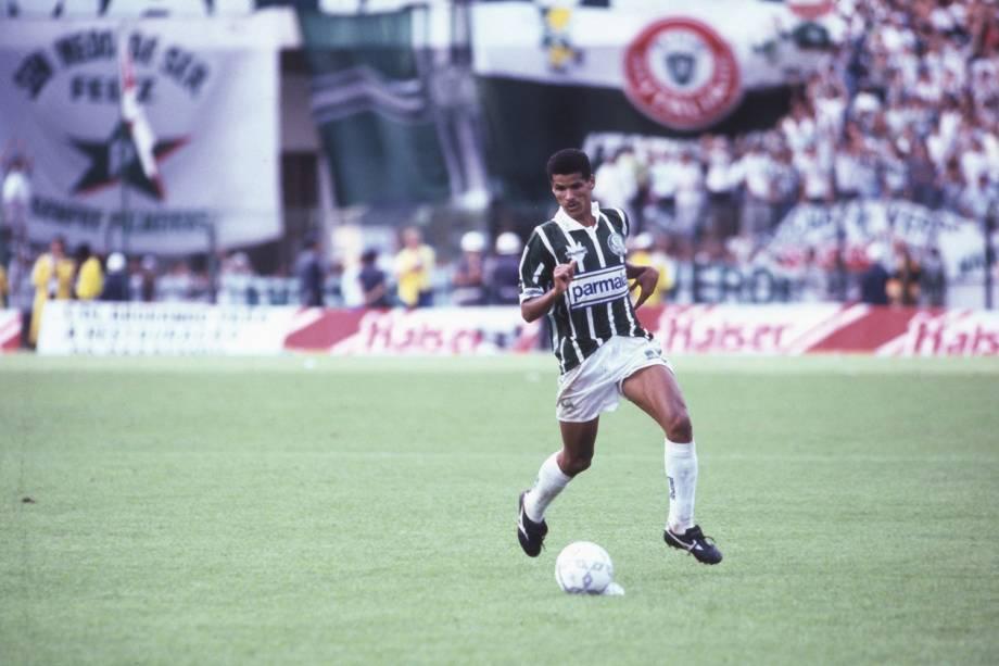 Rivaldo, do Palmeiras, no jogo contra o Corinthians, em 1992