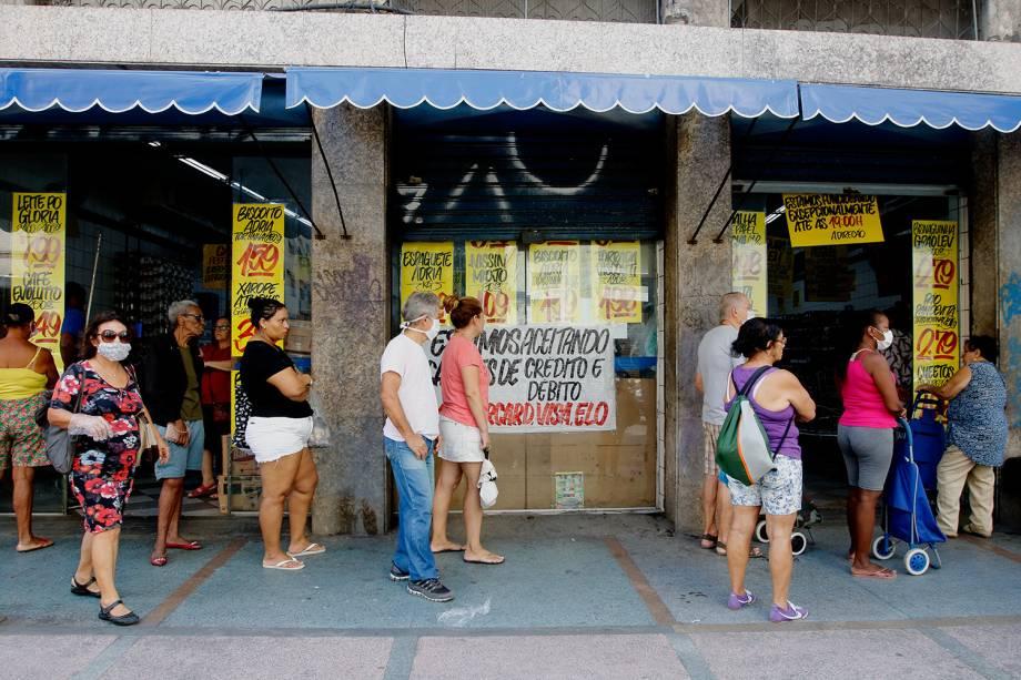 Filas se formam em frente a bancos e supermercados no Flamengo, zona sul da cidade.