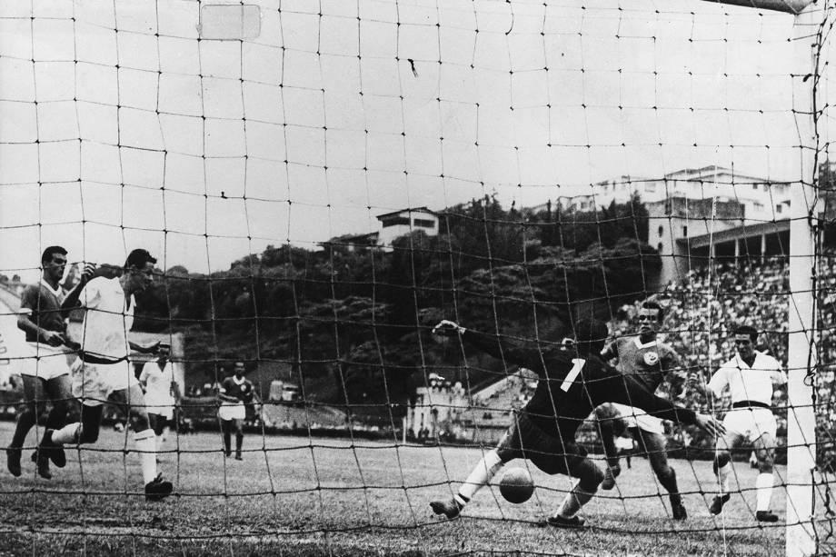 Romeiro, do Palmeiras, e Laércio, do Santos, no jogo pela final do Campeonato Paulista de 1959