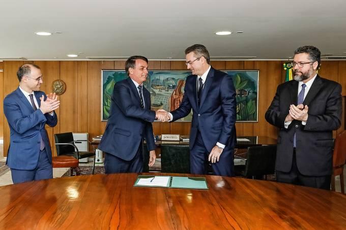 04/05/2020 Assinatura do Termo de Posse do senhor Rolando Alexan