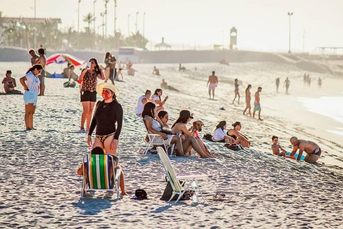 Aglomeração de pessoas na praia de Iracema (CE)