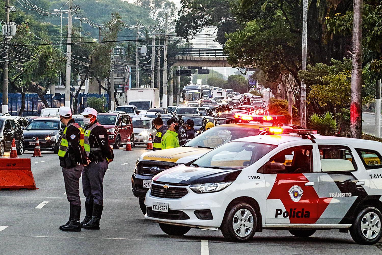 Bloqueio de ruas em São Paulo: tentativa de desestimular o trânsito de pessoas na metrópole
