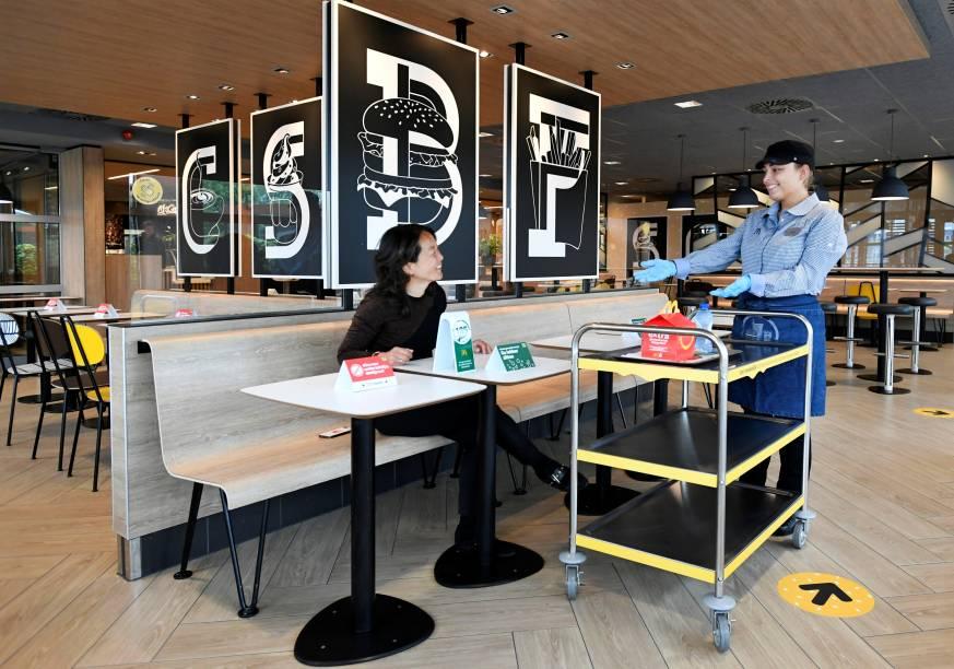 McDonald's em Arnhem, na Holanda, testa entrega do pedido por meio de umprotótipo.