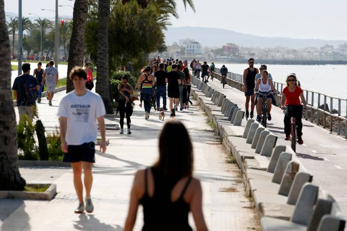 People practice sports on Palma de Mallorca sea promenade during the hours in which individual exercise is allowed outdoors