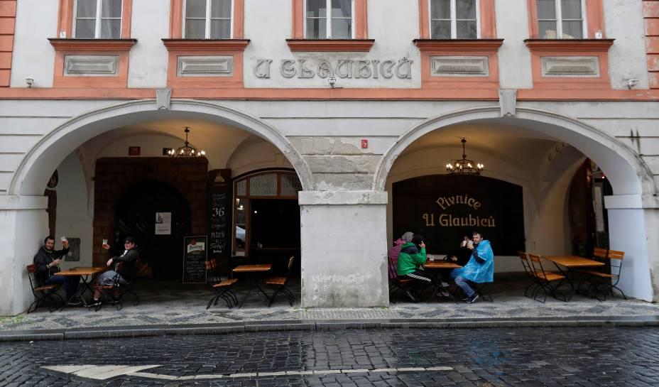 O governo da República Tchecapermitiu a reabertura de restaurantes com áreas externas em meio ao surto da doença por coronavírus.