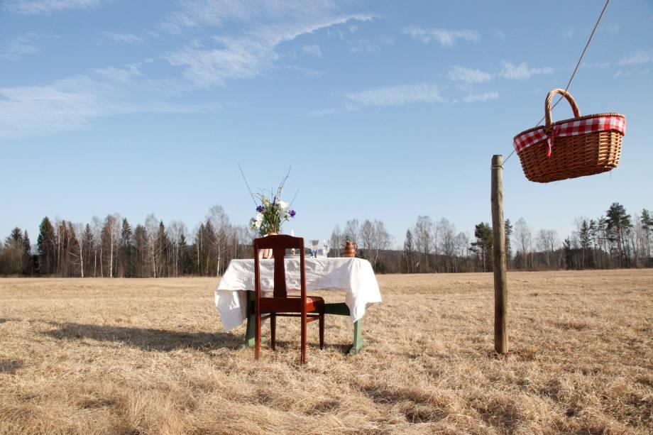 Restaurante pop-up na Suécia recebe apenas um cliente por vez.O local possui um mesa e uma cadeira, localizados a céu aberto. Não há garçons e a comida é levada para a mesa em uma cesta que sai da janela do restaurante através de um sistema de polias.