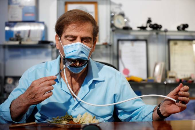 Israeli inventors develop a mask that allows diners to eat