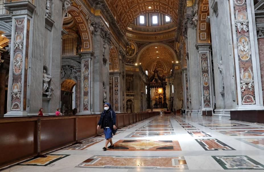 Freira anda pela Basílica de São Pedro no primeiro dia de reabertura da catedral após o surto de coronavírus - 18/05/2020