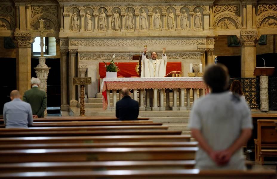 Padre celebra missa na Igreja Santa Teresa D'Avila em Roma após relaxamento das medidas de distanciamento social - 18/05/2020