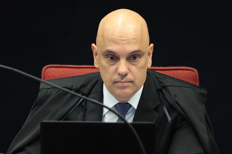 """Alexandre de Moraes mandou investigar uma """"estrutura organizada"""", financiada com recursos públicos e privados, dedicada à incitação de um golpe para """"o retorno do estado de exceção"""", a partir do fechamento do Congresso e da """"extinção total ou parcial"""" do Supremo Tribunal Federal"""