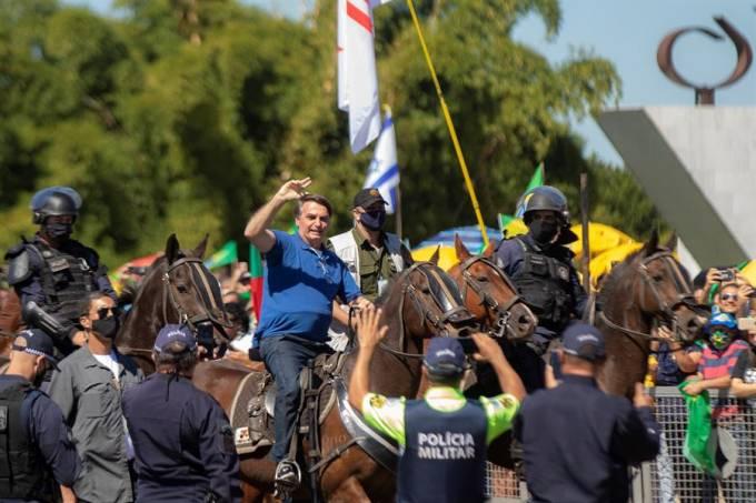 Bolsonaro a cavalo