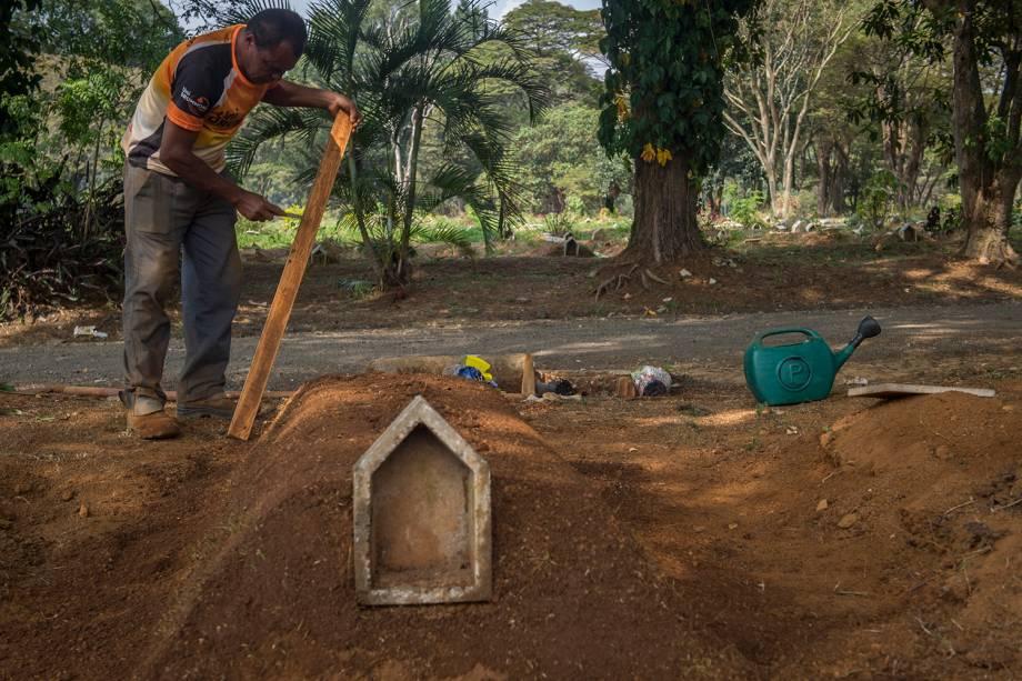 Cemitério da Vila Formosa, o maior da América Latina e responsável pelo sepultamento da maioria dos óbitos causados pela Covid-19 na cidade de São Paulo.