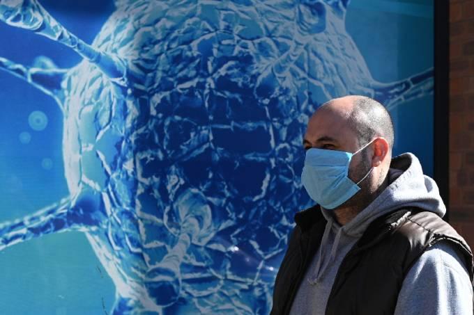 Homem de máscara em Oldham, Inglaterra, em meio à pandemia de coronavírus