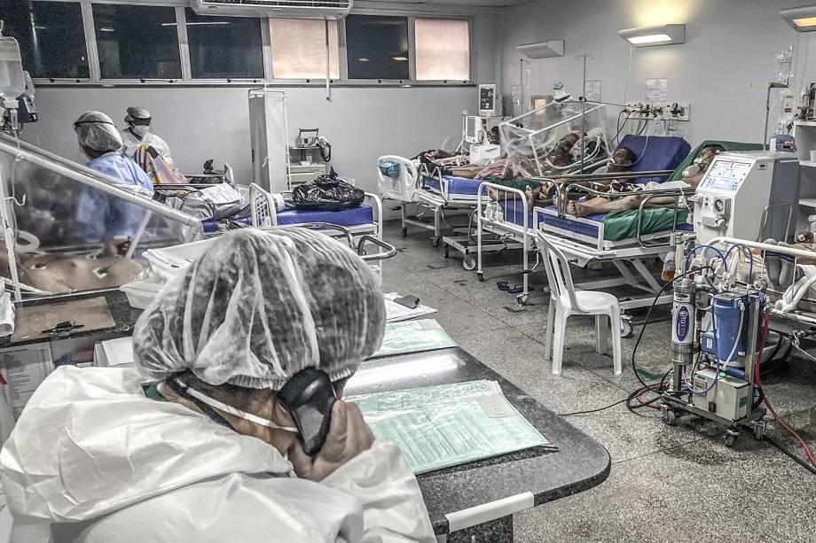 Pacientes na sala semi-intensiva do Hospital e Pronto-Socorro Platão Araújo, em Manaus