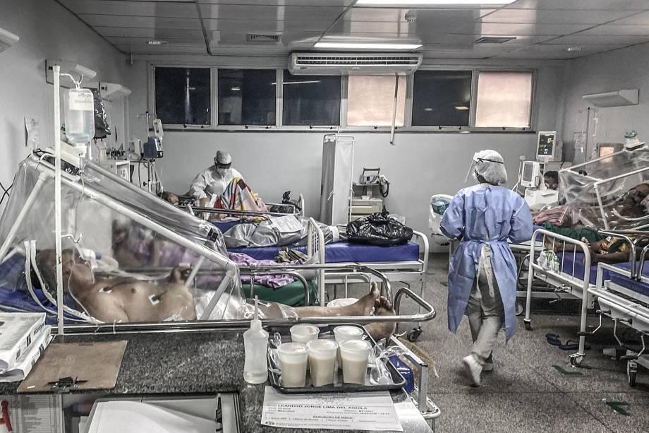 Em meio aos enfermos por Covid-19, um corpo, dentro de um saco plástico, ainda não havia sido removido da sala