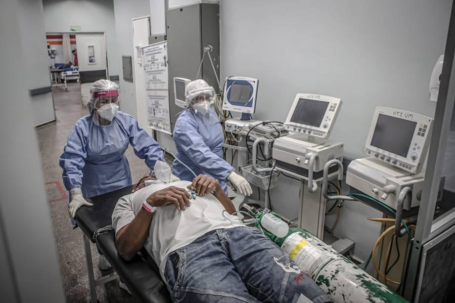 No Hospital João Lúcio, em Manaus, um paciente com falta de ar é transferido para a sala semi-intensiva