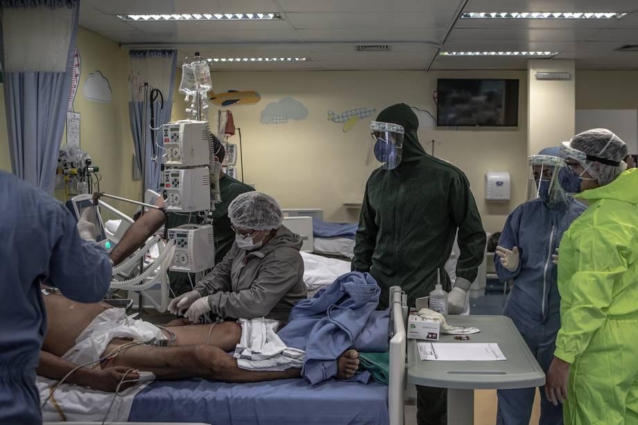 Profissionais de saúde realizam procedimentos médicos no Hospital Delphina Aziz