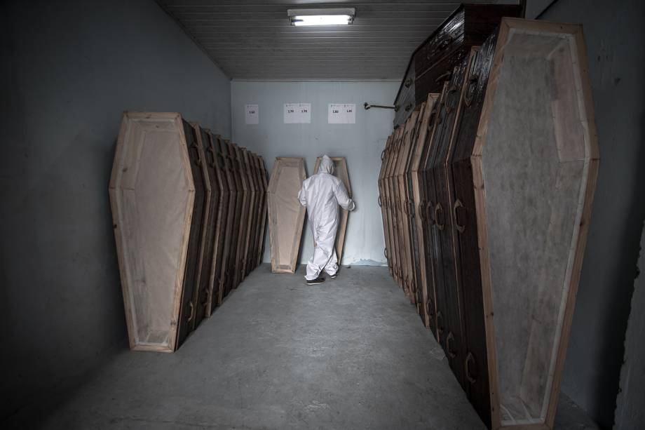 Na sede da Secretaria Municipal da Mulher, Assistência Social e Cidadania, o serviço SOS Funeral, de retirada de corpos em domicílio, mantém um estoque de caixões para a demanda diária