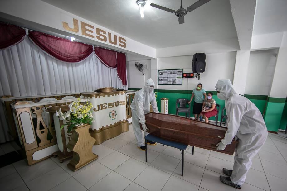 O corpo de uma senhora que faleceu por insuficiência respiratória aguda grave foi retirado na Igreja Pentecostal Unidos de Deus